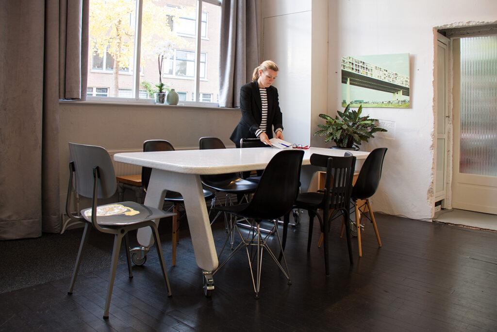 Vergaderen aan een design tafel in Locatie Hofboog